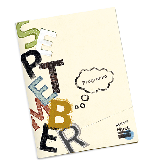 Das Cover des Programmhefts des Monats September - gezeigt wird eine verspielte, bunte, kindgerechte Typografie. Die Buchstaben sind aus verschiedene Stoffen gefertigt, jeder Buchstabe ist anders. Zum Beispiel genäht, gestempelt, geknetet, ein Buchstabe hat Haare. In einer Gedankenblase steht: Programm