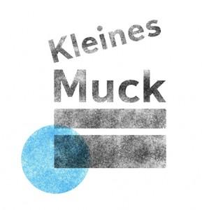 Das Logo für das Kinderkino Kleines Muck ist eine Filmklappe mit einem blauen Punkt in Stempeloptik