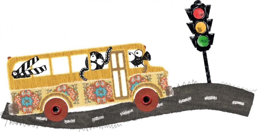 Ein Schulbus, dekoriert mit Blümchen, fährt eine Straße entlang - in ihm sitzen die Maskottchen des Kinderkinos: Eine freche Filmklappe, ängstliche Filmrolle und neugierige Kamera.