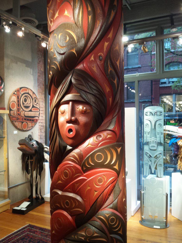 Holzschnitzerei in einer Galerie