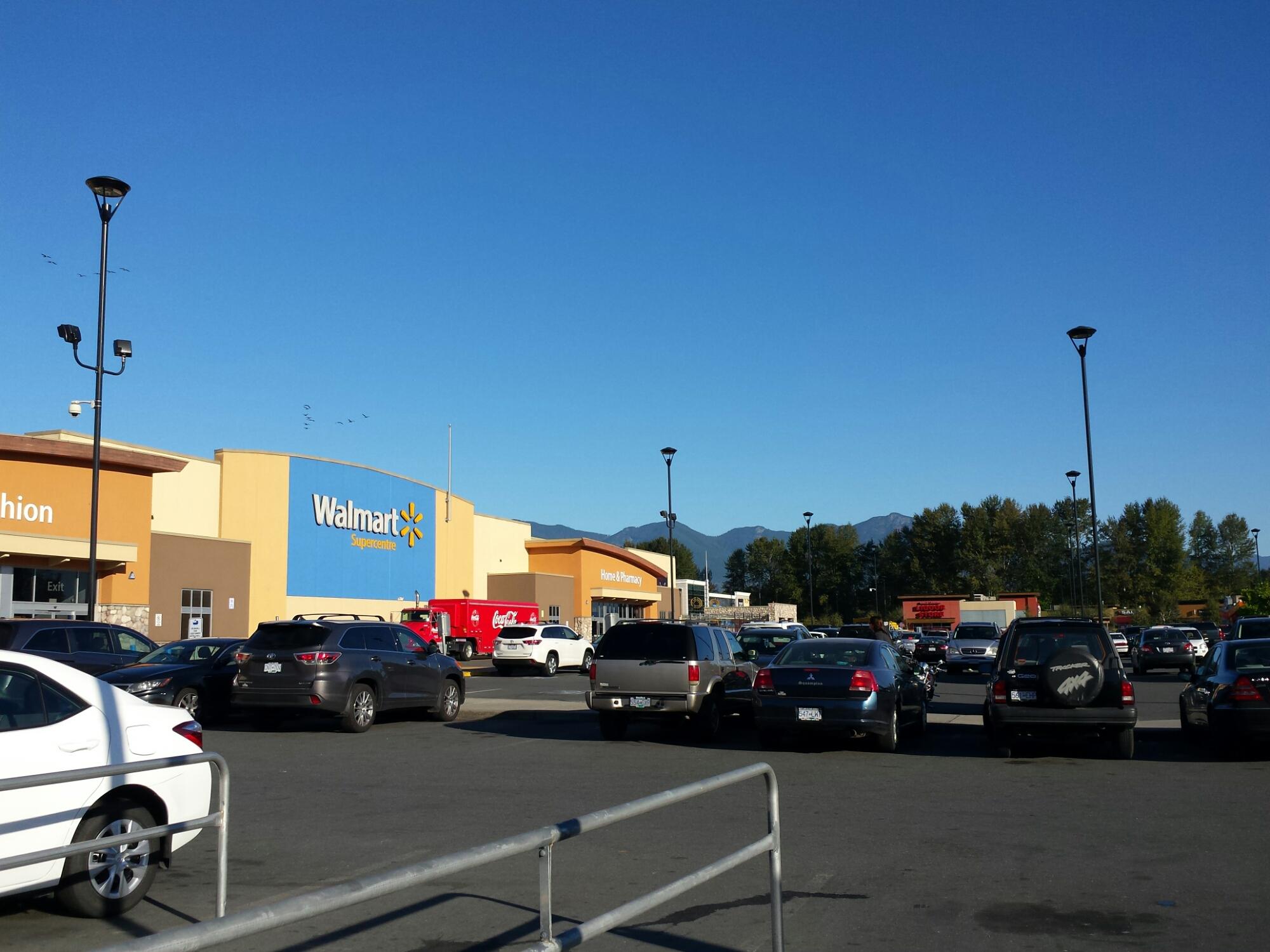 Parkende Autos vor einem Walmart