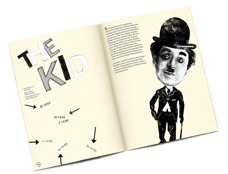 """Doppelseite des Programmhefts zum Films """"The Kid"""" mit Charlie Chaplin."""